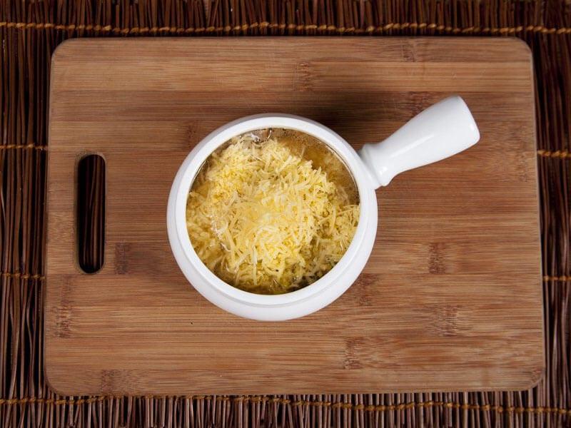 Crema de cebolla gratinada con galletas saltin noel maiz paso 10