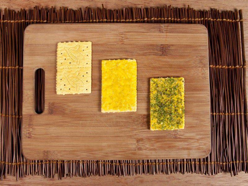 Crema de cebolla gratinada con galletas saltin noel maiz paso 11
