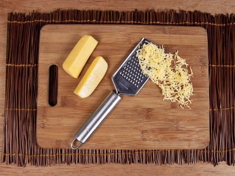Crema de cebolla gratinada con galletas saltin noel maiz paso 8
