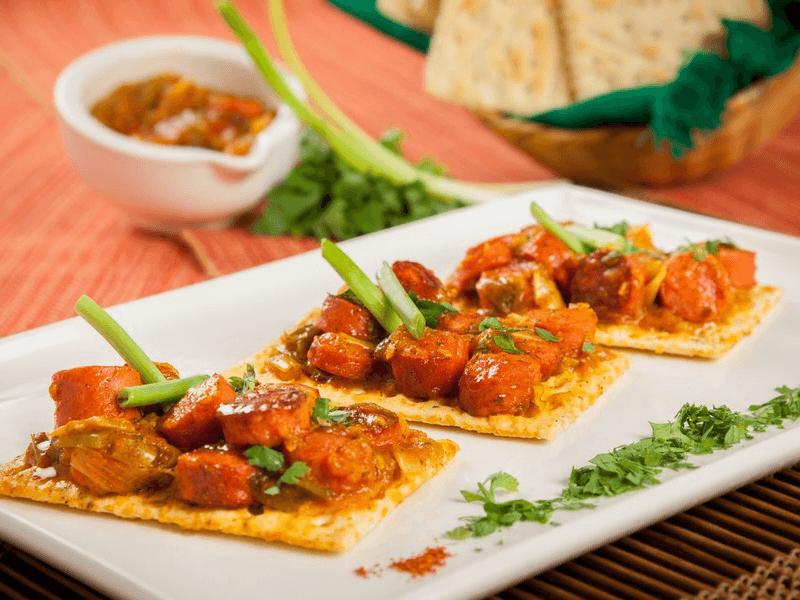 Destacada salchicha con salsa criolla