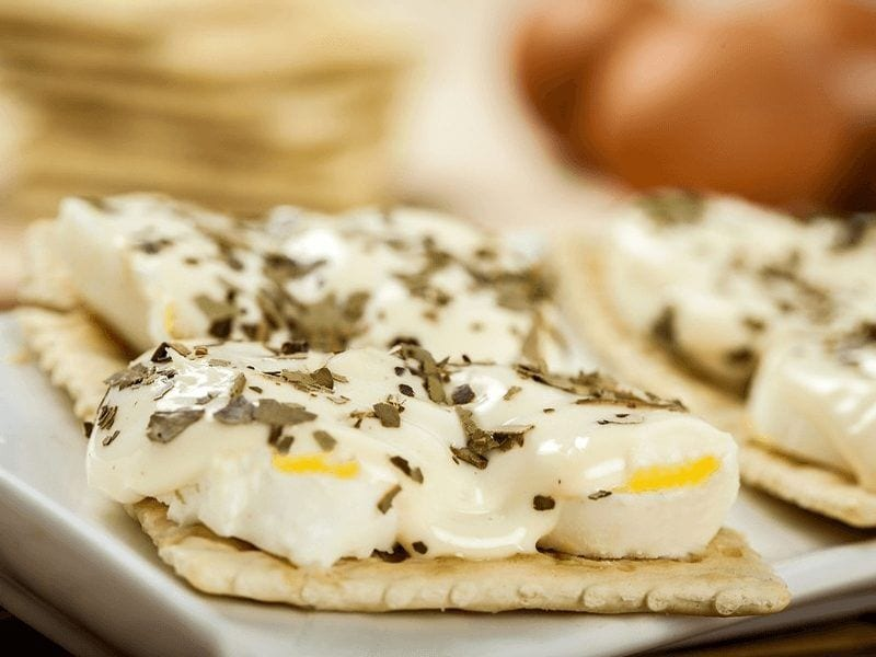 Receta galletas saltin noel tradicional con tajadas de huevo y mayonesa