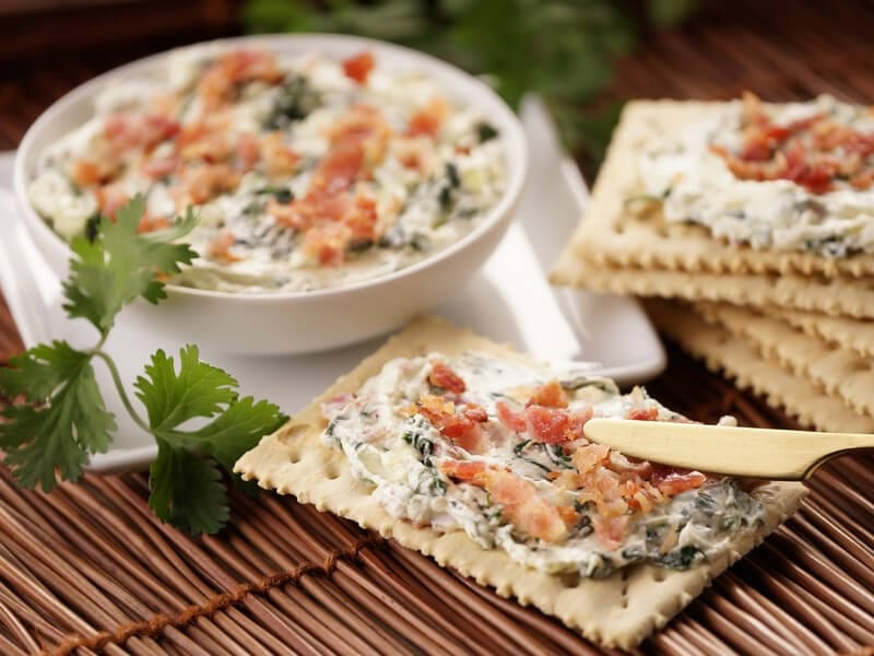 Receta saltin noel tradicional con dip de tocineta y espinaca