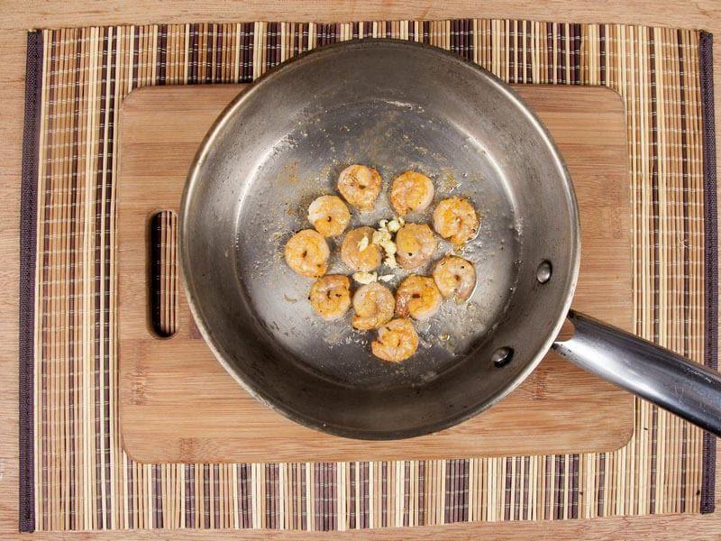 Saltin noel camarones al ajillo bañados en mantequilla de hierbas con galletas saltin noel paso 11