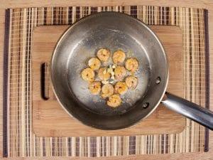 Saltin noel camarones al ajillo bañados en mantequilla de hierbas con galletas saltin noel paso 12