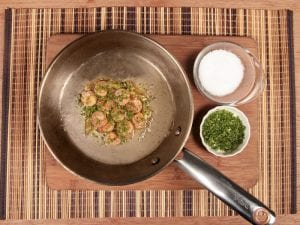 Saltin noel camarones al ajillo bañados en mantequilla de hierbas con galletas saltin noel paso 13