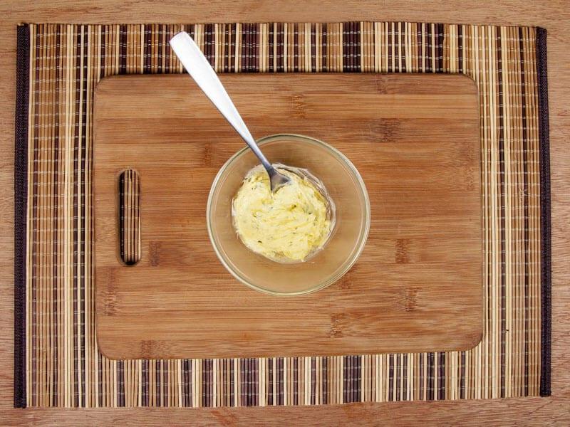 Saltin noel camarones al ajillo bañados en mantequilla de hierbas con galletas saltin noel paso 8