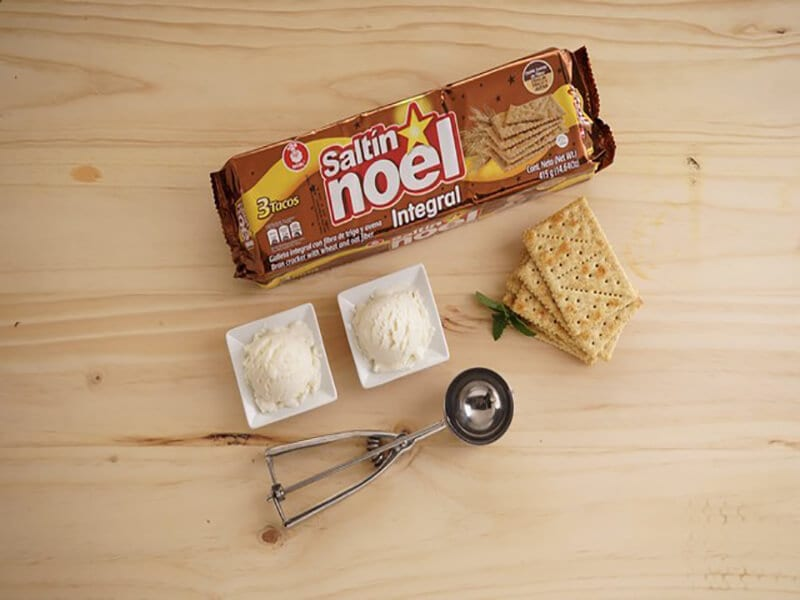 Saltin noel galleta integral con helado de vainilla paso 1