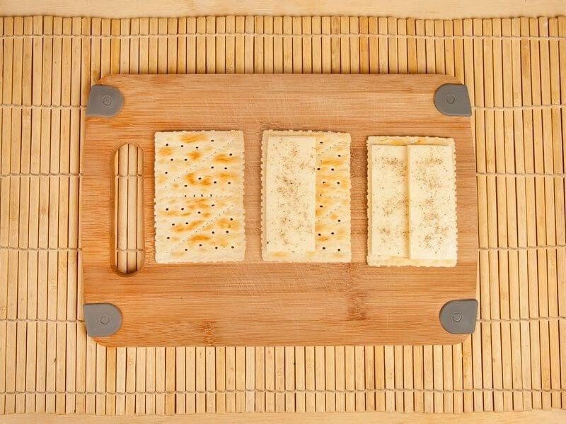 Saltin noel galletas tradicional con tomate confitados y queso mazzarela paso 10