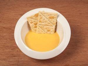 Saltin noel galletas tradicionales fritas con qeuso crema y fresa paso 4