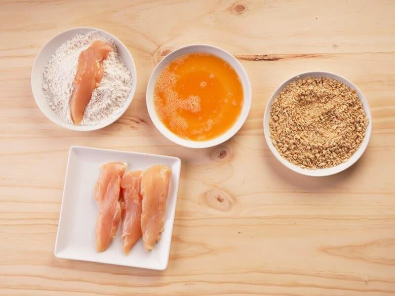 Saltin noel julianas de pollo apanado paso 3