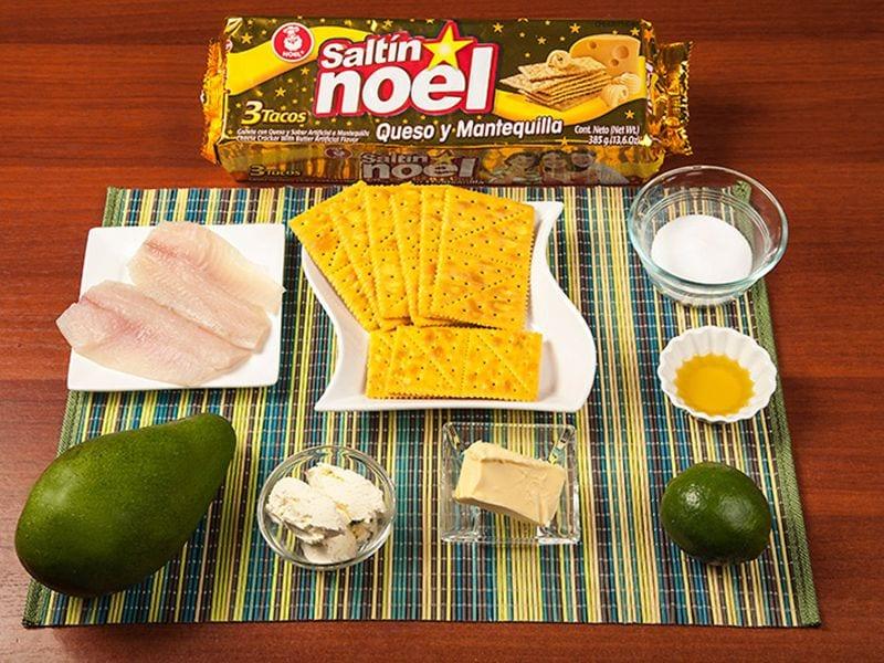 Saltin noel pescado sañteado con aguacte sobre galletas saltin noel queso y mantequilla paso1