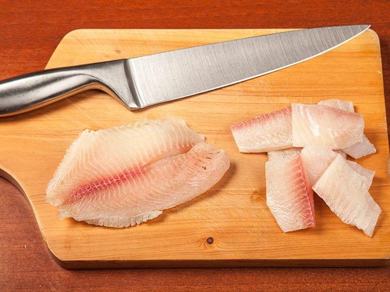 Saltin noel pescado sañteado con aguacte sobre galletas saltin noel queso y mantequilla paso 2