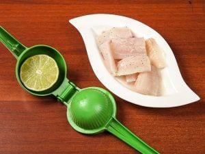 Saltin noel pescado sañteado con aguacte sobre galletas saltin noel queso y mantequilla paso 3