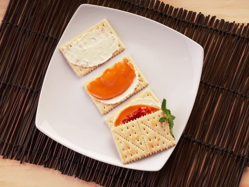 Sanduche de galleta saltin noel con queso crema arequipe y mermelada de fresa saltin noel paso 2