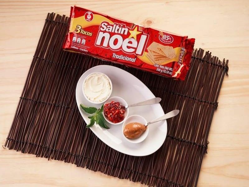 Sanduche de galleta saltin noel con queso crema arequipe y mermelada de fresa saltin noel paso 1
