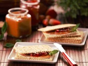 Sanduche de galleta saltin noel con queso crema arequipe y mermelada de fresa saltin noel paso 3