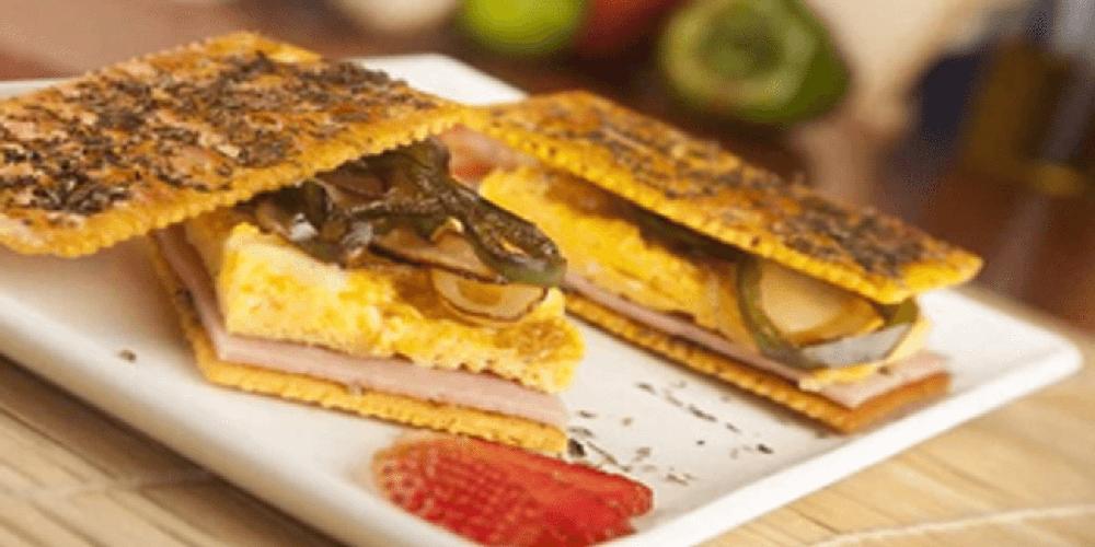 Sandwich de Saltín Noel Queso y Mantequilla y tortilla